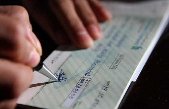 Falsa identità del correntista: banca responsabile degli assegni scoperti